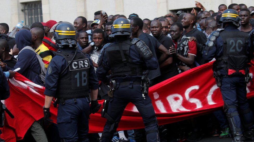 'Black vest' protesters storm Panthéon in Paris