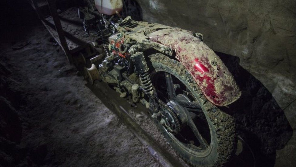 """The motorcycle adapted to a rail used by """"El Chapo"""" to escape the Altiplano prison"""