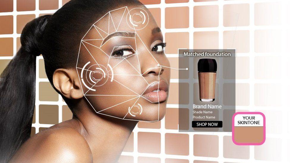 Una mujer de color mostrada usando la aplicación Perfect Corp