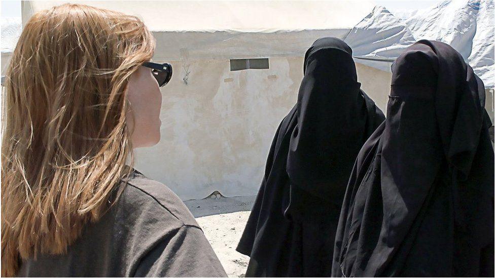 """بي بي سي تعتذر عن """"ربط"""" رفع السبابة بتنظيم الدولة الإسلامية"""