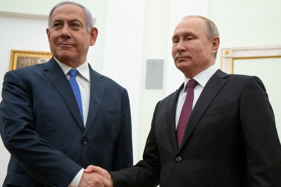 Israeli Prime Minister Benjamin Netanyahu (L) shakes hands with Russian President Vladimir Putin (R) in Moscow (4 April 2019)