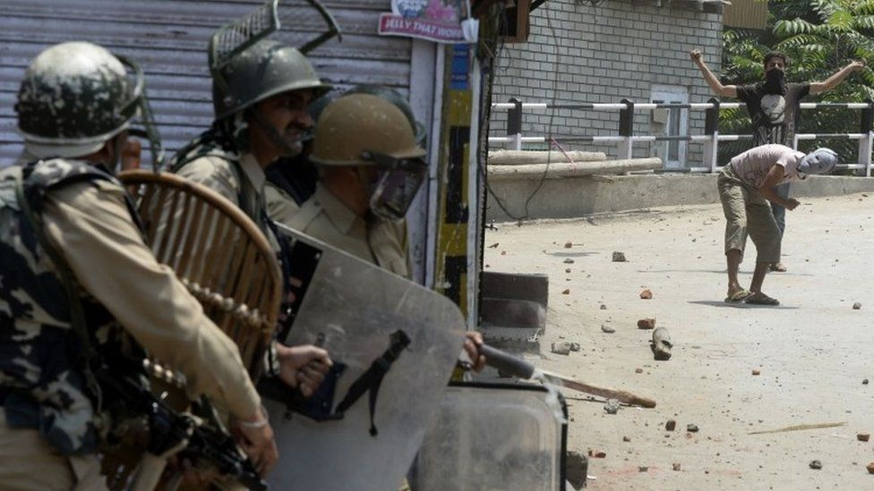Kashmiri protestors (right) throw stones towards Indian government forces during clashes in Srinagar (08 July 2017)