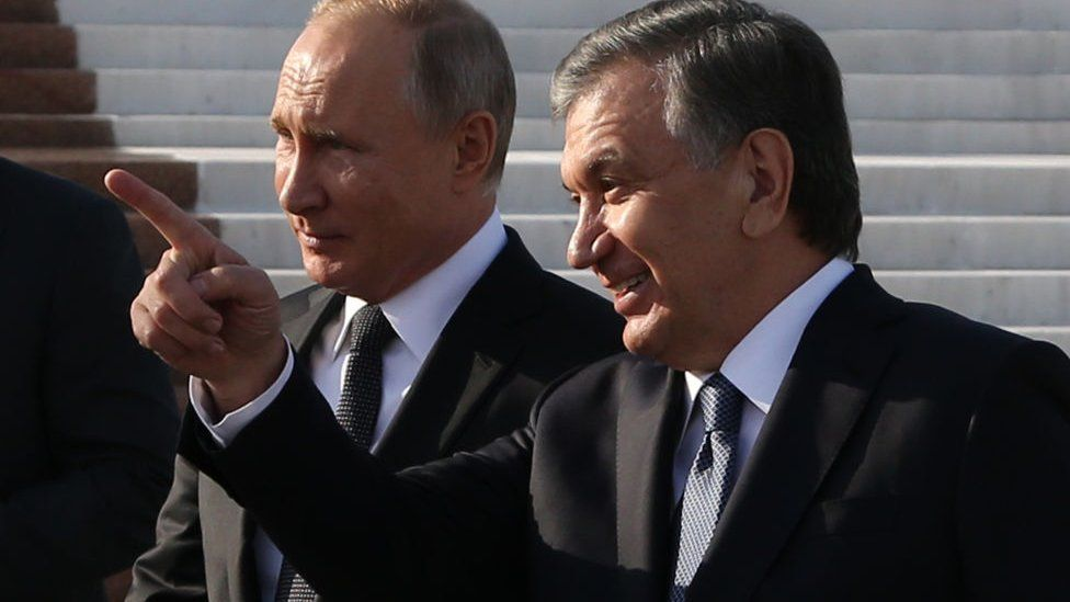 Russian president Vladimir Putin (L) and Mr Mirziyoyev (R) at a wreath laying ceremony in October