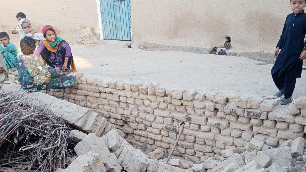 Pakistan earthquake kills 20 in Balochistan province thumbnail