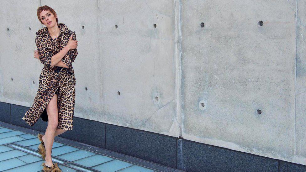 Облегающий тренч леопардовой расцветки сшит портными House of Fluff из высококачественного, сверхмягкого искусственного меха