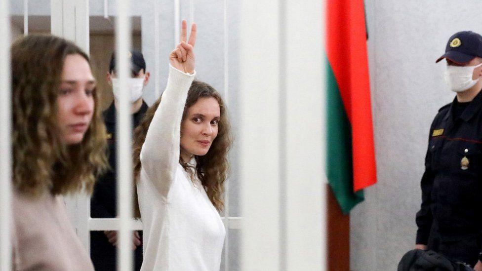 Katerina Bakhvalova gave a victory sign in court, next to Daria Chultsova, 9 Feb 21