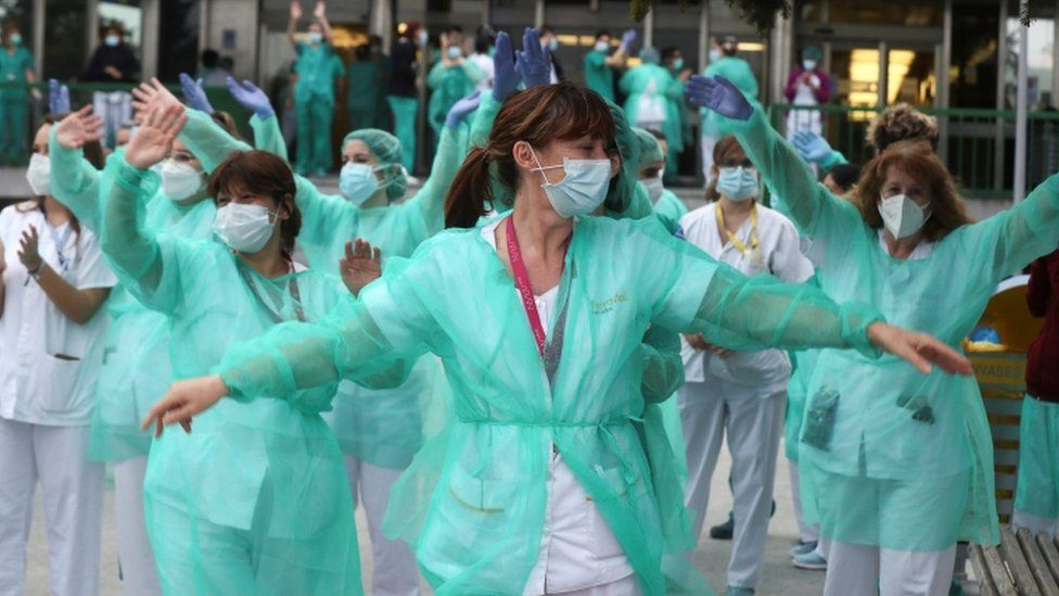 Health workers react during the nightly applause at eight o'clock at 12 de Octubre hospital