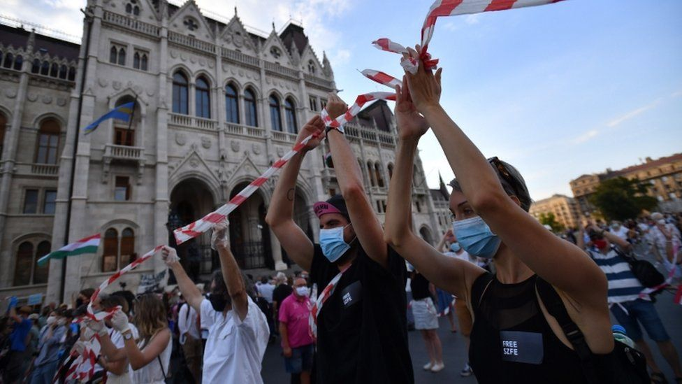 Protesters form a human chain through Budapest