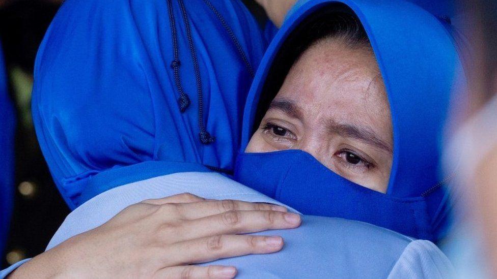 Keluarga awak kapal selam KRI Nanggala402 yang tenggelam bereaksi saat mengunjungi lokasi kecelakaan untuk memberikan penghormatan