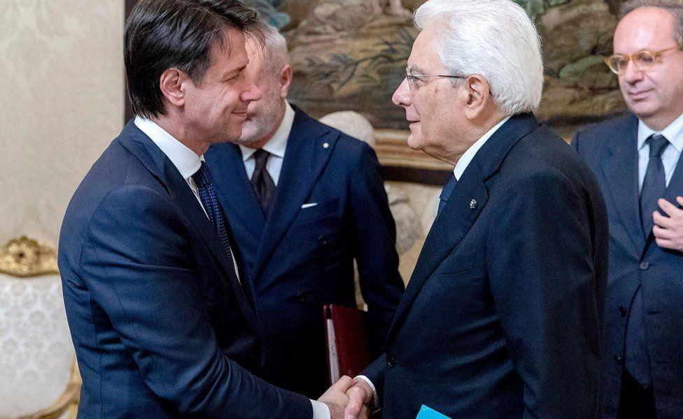 Giuseppe Conte (L) shaking hands with Italy's President Sergio Mattarella in Rome. 31 May 2018