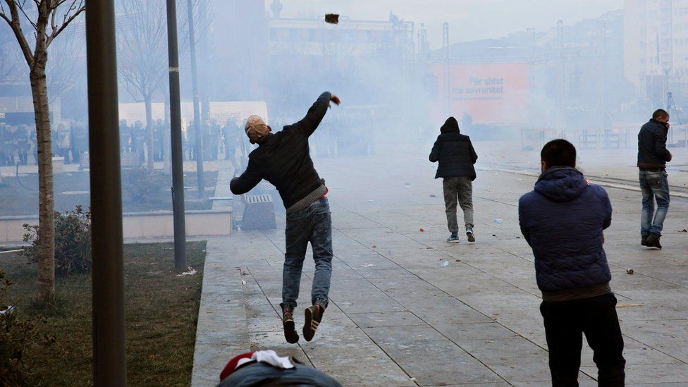 Pristina protesters throw stones at police (9 January)
