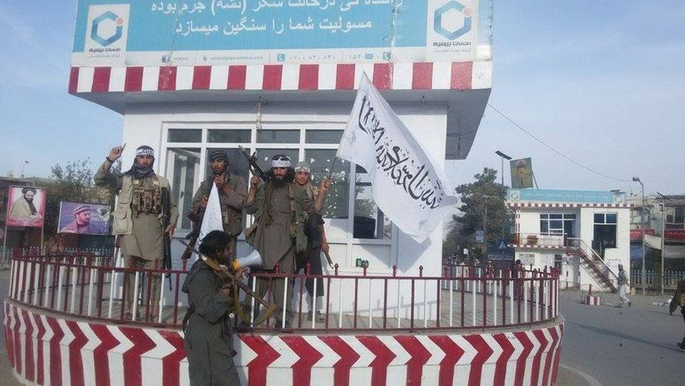 Tweet by Afghanistan Taliban spokesman Zabihullah Mujahid showing fighters at a Kunduz roundabout