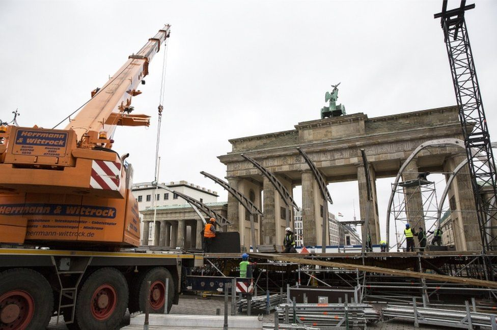 Construction crews set up a stage in preparations to the New Year Eve's party at the Brandenburg Gate in Berlin, Germany, 28 December 2017