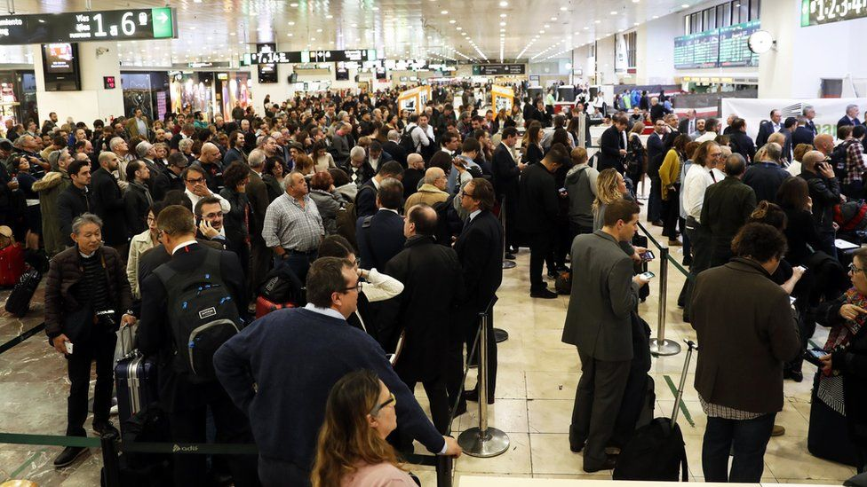 Image of commuters at Sants airport before evacuation