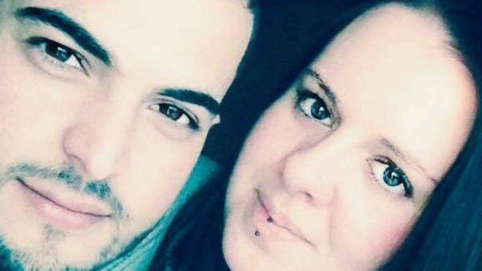 Bashir Naderi gyda'i gariad Nicole Cooper