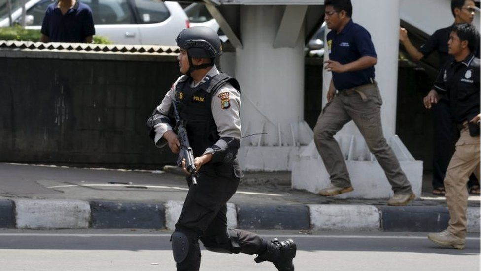 Armed policeman running on the streets of Jakarta (14 Jan 2016)