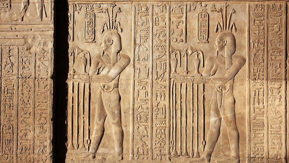 Arqueólogos recriam perfume dos tempos de Cleópatra no Egito Antigo