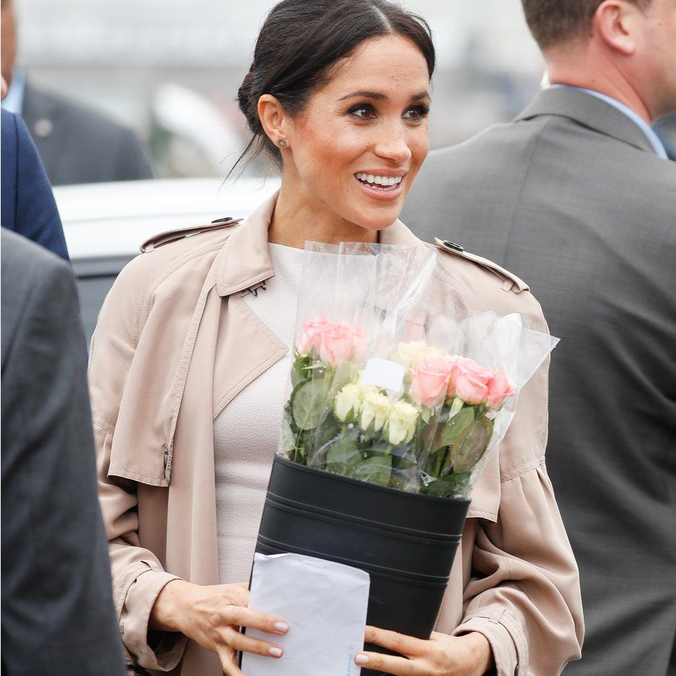 Meghan Markle on a public walkabout in Auckland, holding the letter given to her by Hannah Sergel