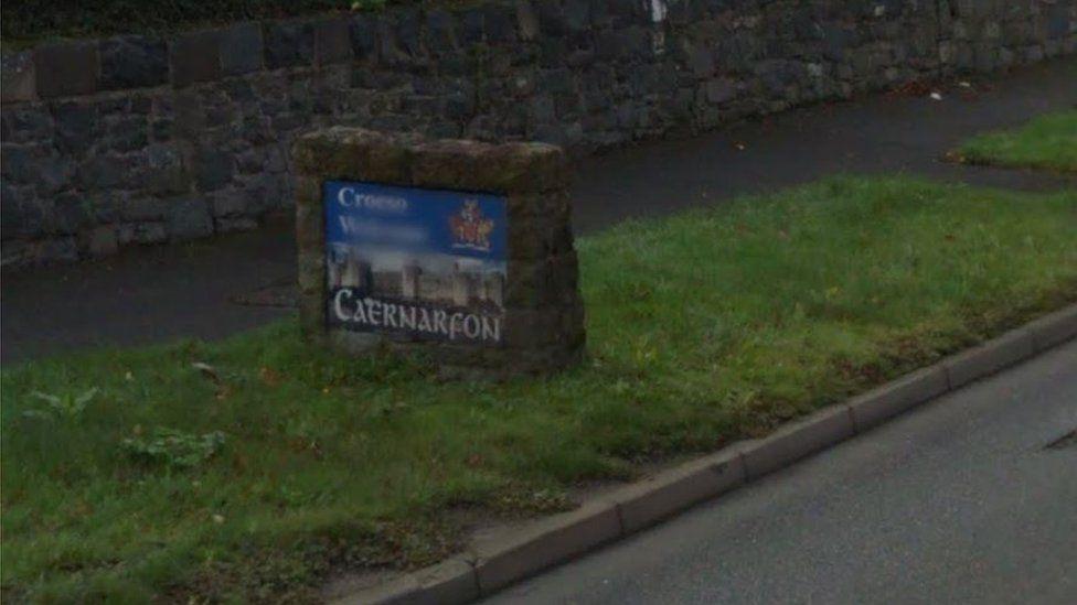 Roedd yr arwydd yng Nghaernarfon