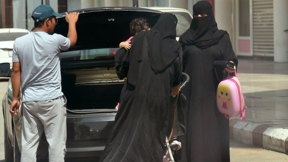 Saudi women take out an infant trolley from the boot of a car outside a mall in the Saudi capital Riyadh (27 September 2017)