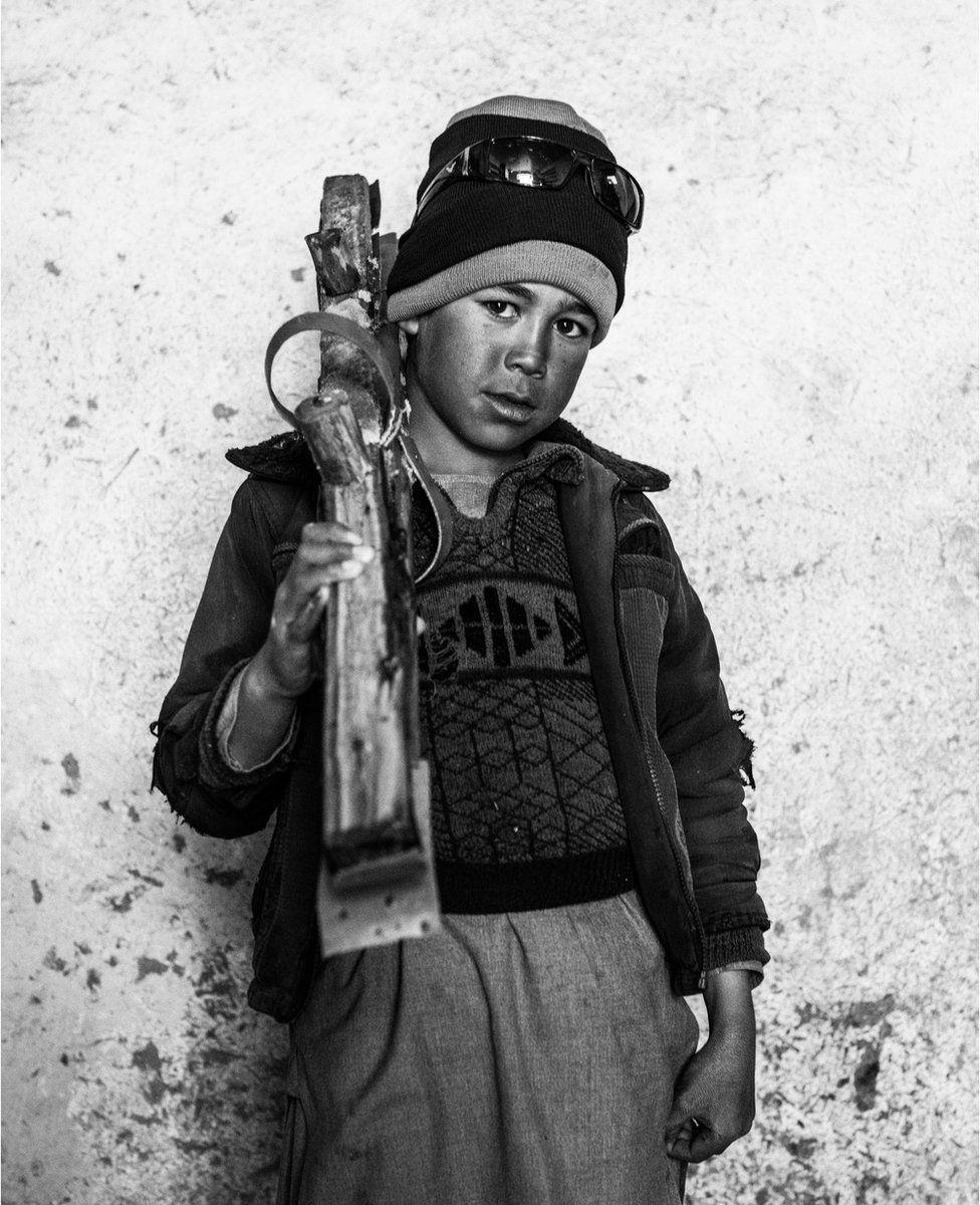 Снимок девятилетнего афганца Атикуллы с лыжами наперевес в мечети деревни Ауб Бала