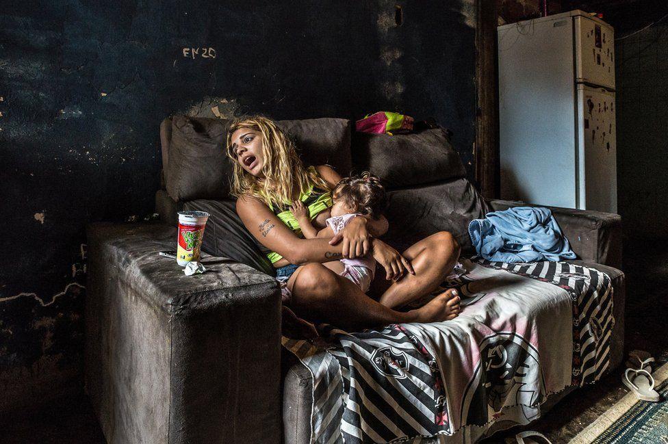 16-летняя Памела с 7-месячной дочерью