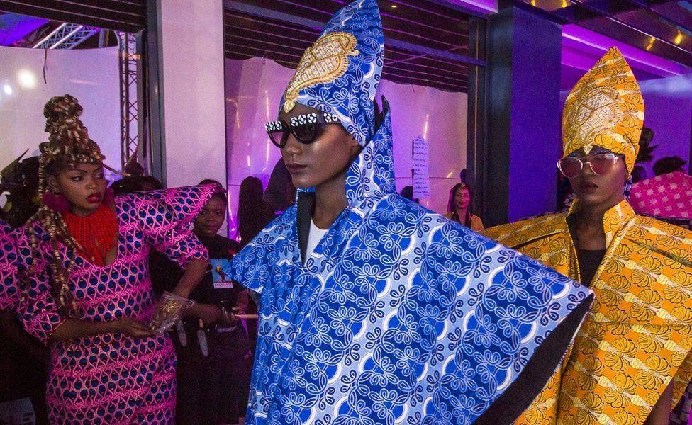 La créatrice de mode congolaise Liputa Swagga (à gauche) et les mannequins qui portent ses vêtements à la Semaine de la mode de Dakar, à Dakar, Sénégal.