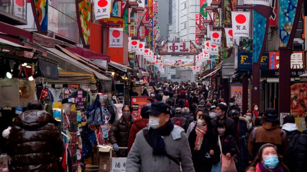 Jalan perbelanjaan yang sibuk di Tokyo