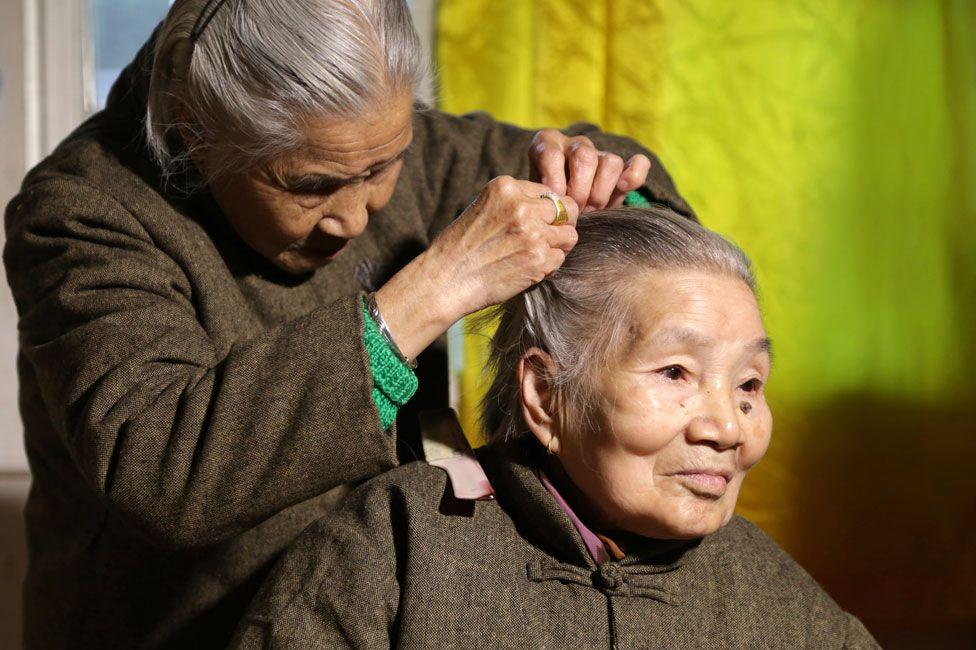 Sisters Shi YuPing and Shi Guazi