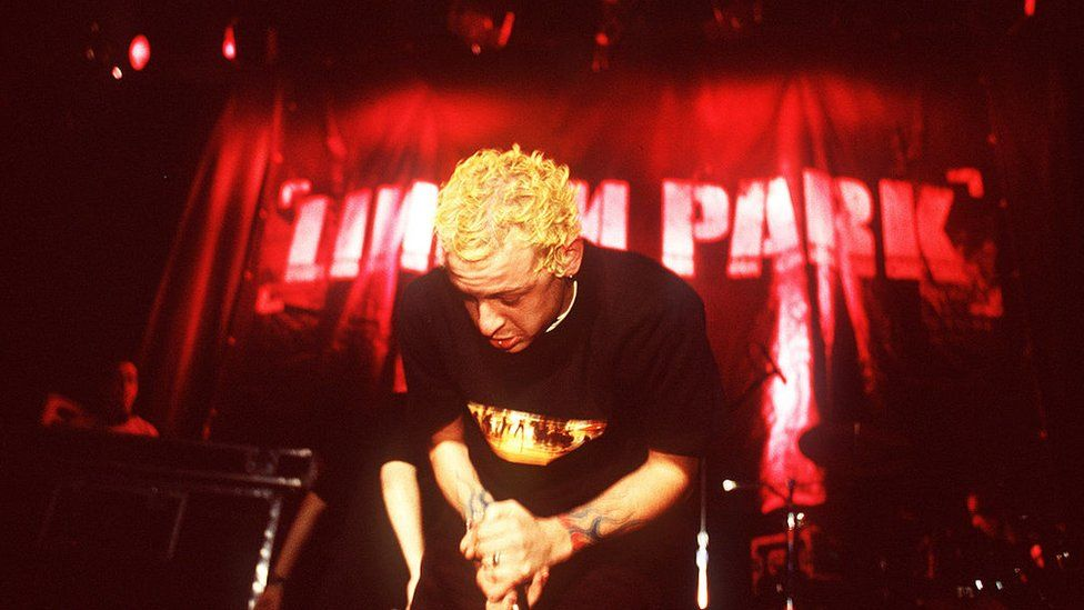 Chester Bennington on stage with Linkin Park in 2001