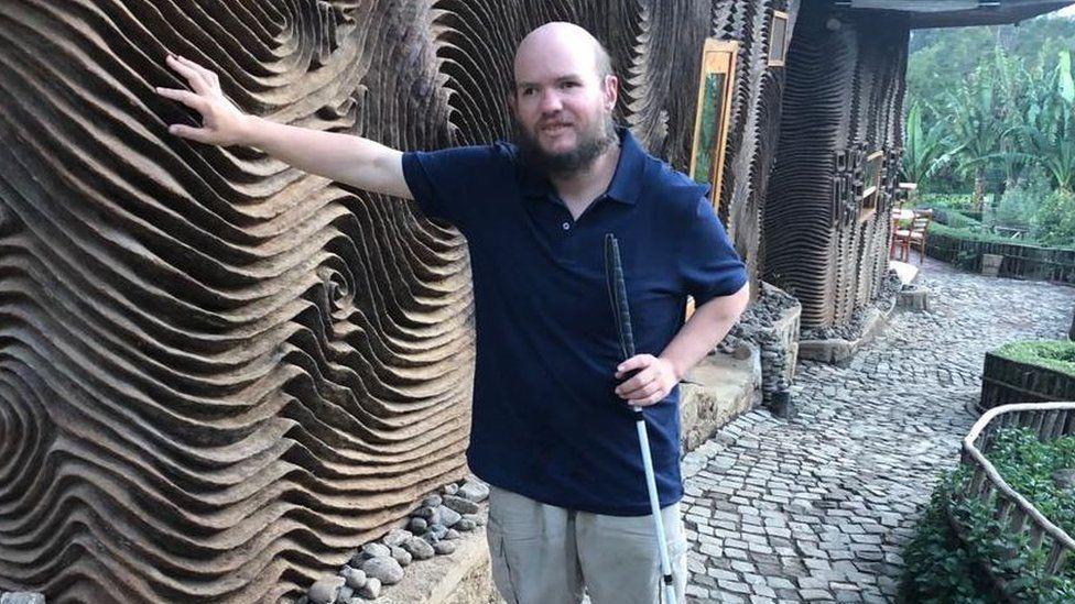 O viajante cego que já visitou 130 países: 'Vejo os lugares de uma forma alternativa'