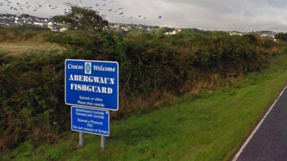 Roedd yr arwydd yn Abergwaun