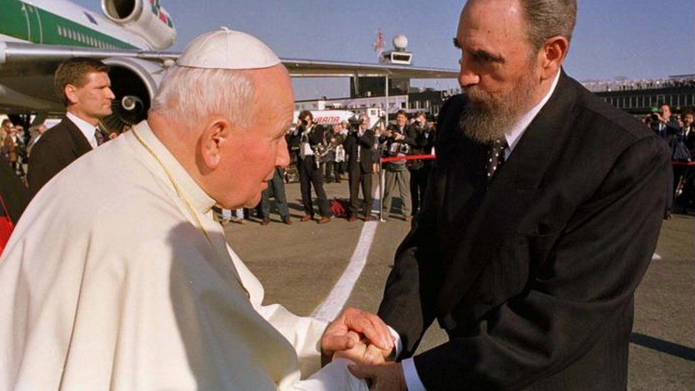 Pope John Paul II shakes hands with Fidel Castro