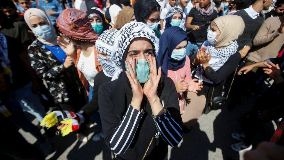 A student wears a face mask at an anti-government protest in Basra, Iraq (5 March 2020)