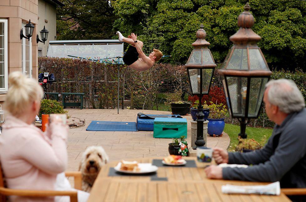 Britanyalı dalgıç James Heatly, İskoçya'nın Balerno kentinde ebeveynlerinin bakışları altında pratik yaparken