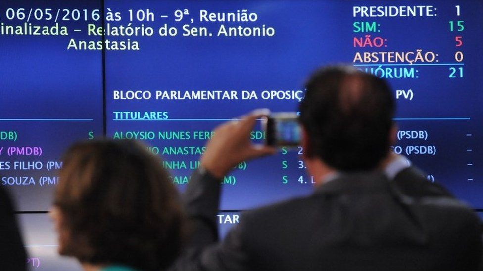 People take pictures of the panel showing the result of the Senate's Impeachment Special Committee against President Dilma Rousseff (06 May 2016)