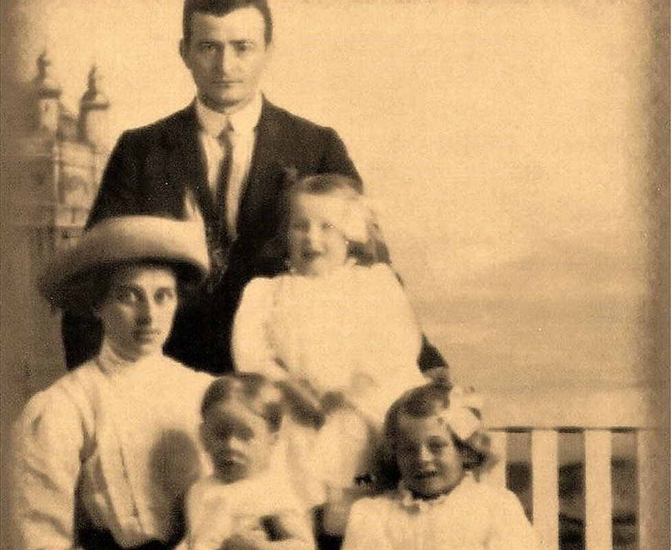 Albert Harrold with wife Sarah Jane and three of their daughters