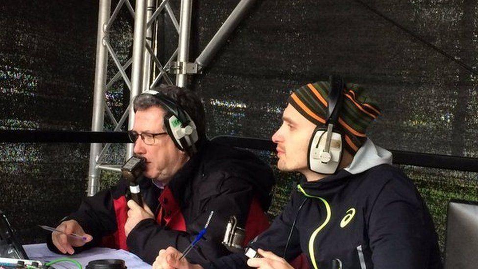 John yn sylwebu ar Hanner Marathon Caerdydd 2016 gyda'r rhedwr Gareth Warburton
