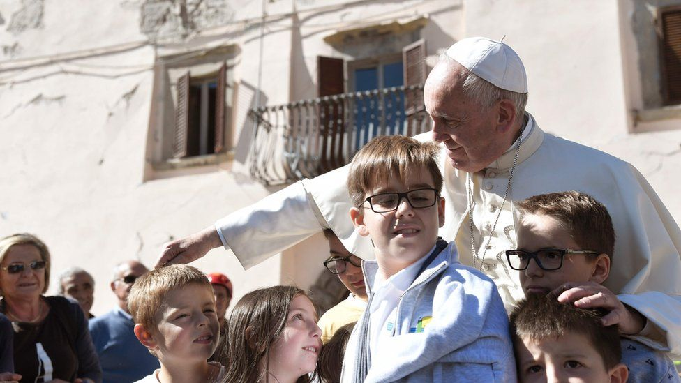 Pope Francis with children in Arquata del Tronto (4 Oct)