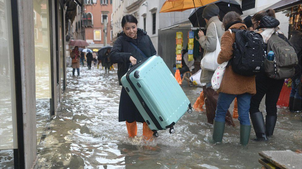 Tourist in Venice flood, 15 Nov 19