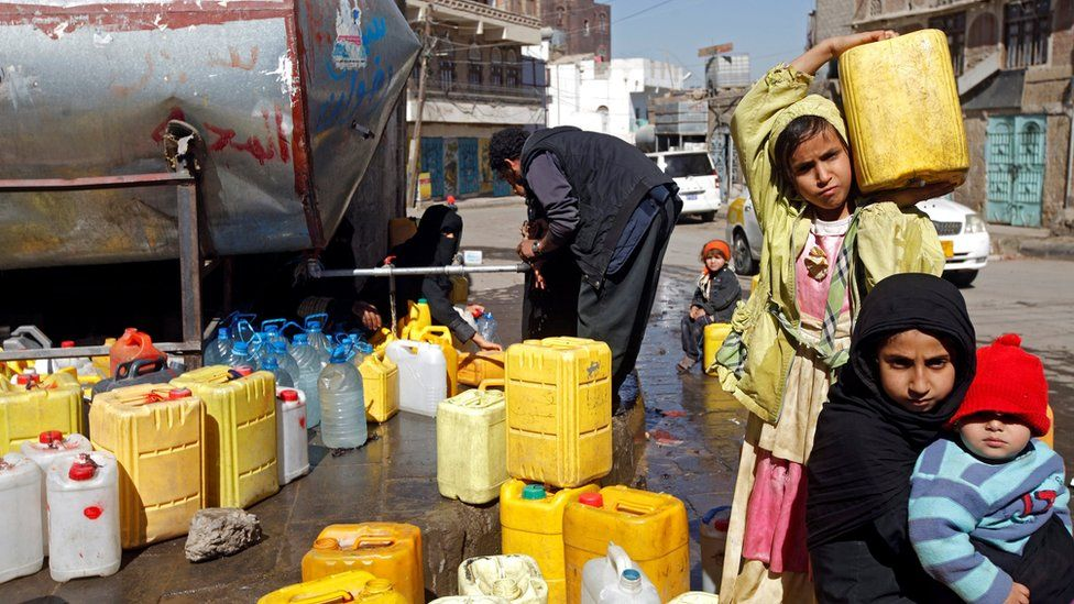 A girl carries a jerry-can filled with potable water from a charity tank in Sanaa, Yemen (19 November 2016)