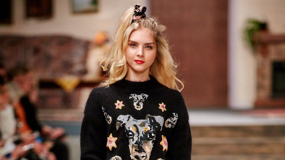 Model wearing an Invisibobble scrunchie