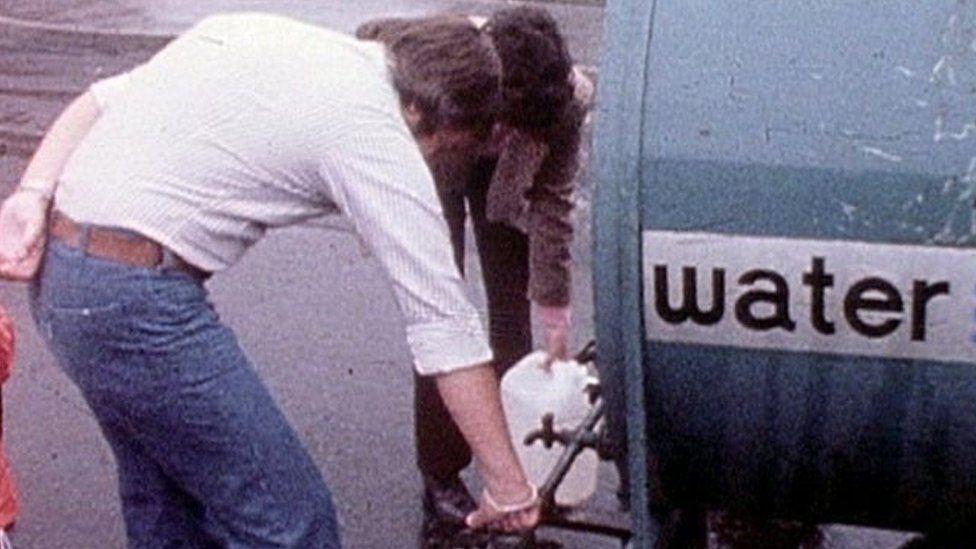 Roedd hon yn olygfa gyfarwydd iawn ar sawl stryd yn 1976 wrth i'r cronfeydd dŵr sychu