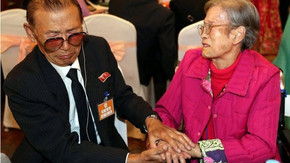 South Korean resident Han Won-Ja (R) meets her North Korean elder brother Han Chal-Gill (L), during a luncheon on the first day of separated families reunion of second group on Mount Kumgang, North Korea (24 October 2015)