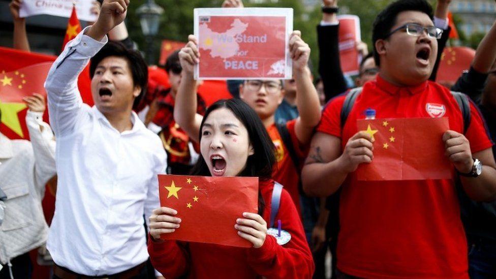Đối đầu với họ là nhóm biểu tình ủng hộ Bắc Kinh