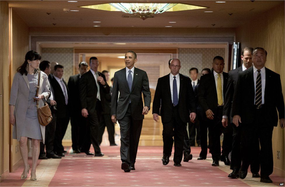 In this 25 April 2015 photo, U.S. President Barack Obama walks to greet Japan's Emperor Akihito and his wife Empress Michiko as they arrive at the Okura Hotel in Tokyo.