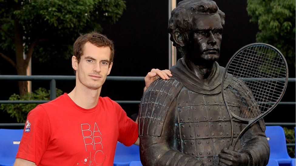 Andy Murray beside a statue of him in China