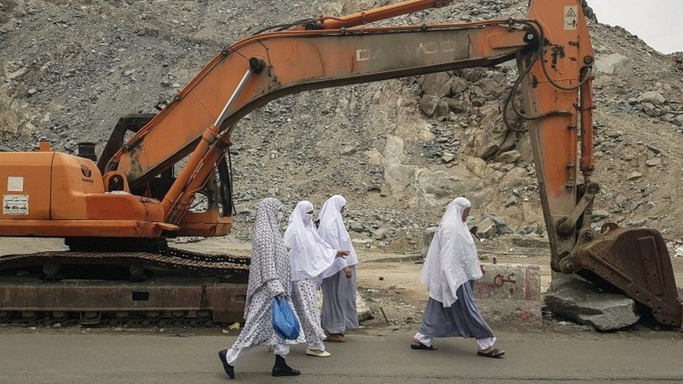 Muslim women walk to the mosque for Friday prayers outside Masjidil Haram, Islam's holiest site (09 September 2016)