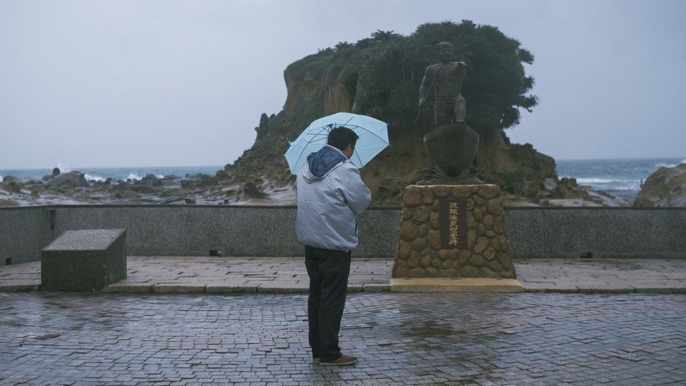 基隆的和平島上矗立著一座紀念碑,紀念因228事件被國民政府軍隊殺死的日本漁民青山惠先。