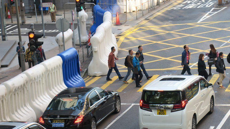 香港警察总部外之水马阵(3/1/2020)